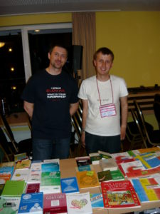 Du E@I-teamanoj vendas librojn en Berlino